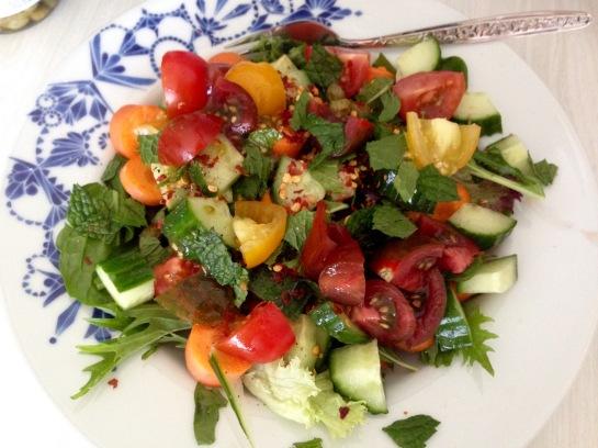 veganer Salat mit Pfefferminze und Tomaten